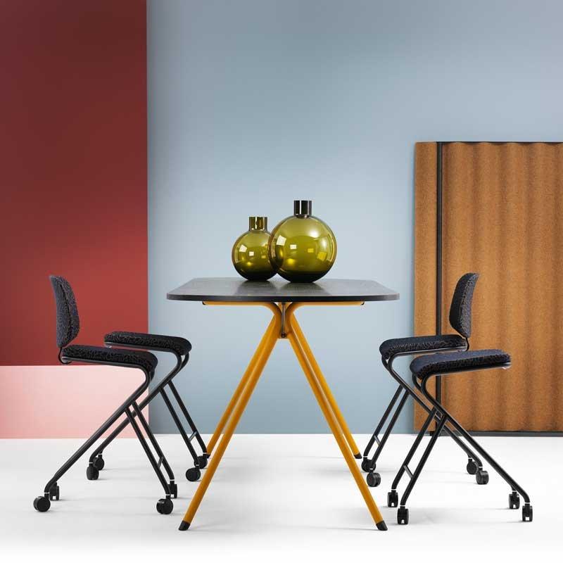 כיסא לשולחן ישיבות